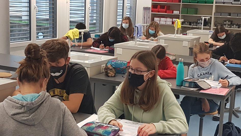 Maskenpflicht Schulzimmer 946x535 - Erweiterte Schutzmassnahmen an der Schule Rickenbach
